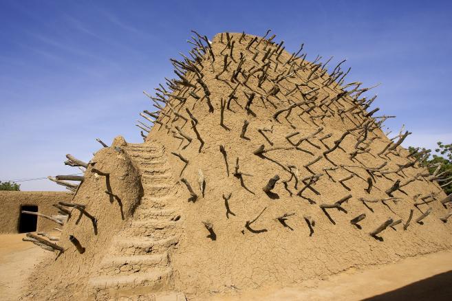 """Elle est surnommée """"la cité des 333 saints"""". Depuis samedi 30 juin, la ville de Tombouctou, au Mali, voit ses mausolées détruits un à un par les islamistes du groupe Ansar Dine, qui contrôlent le nord du pays depuis début avril. A quoi ressemblent ces tombes ? Que symbolisent-elles et pourquoi sont-elles prises pour cible ? FTVi vous présente ce patrimoine mondial """"en péril"""". • Pourquoi ces mausolées sont-ils sacrés ? Classés patrimoine mondial de l'Unesco depuis 1988, ils abritent des saints pour les musulmans d'obédience soufie. Ces saints sont considérés, à Tombouctou, comme des protecteurs. Ils """"représentent ceux que, dans la culture [catholique] occidentale, on appelle les saints patrons"""", explique un expert malien, spécialiste de l'histoire de Tombouctou et originaire de la ville. Certains sont sollicités pour les mariages, pour implorer la pluie, contre la disette... Ces mausolées sont """"des composantes essentielles du système religieux dans la mesure où, selon la croyance populaire, ils étaient le rempart qui protégeait la ville de tous les dangers"""", affirme l'Unesco sur son site internet. Comme on peut le voir sur ces images diffusées par France 2, certains des sites détruits comportaient des statues et des insignes funéraires. (FRANCE 2) ( FRANCE 2) Tombouctou compte par ailleurs trois grandes mosquées : Djingareyber, Sankoré et Sidi Yahia, joyaux architecturaux témoignant de l'apogée de la ville aux XVe et XVIe siècles. Toutes trois figurent sur la liste du patrimoine mondial de l'Unesco. La mosquée de Sankoré, à Tombouctou, au Mali. La mosquée de Sankoré, à Tombouctou, au Mali. (NICOLAS THIBAUT / AFP) • Quels sites ont été détruits ces derniers jours ? Sept des seize mausolées de Tombouctou, pour la plupart en terre crue, ont été détruits en deux jours. Ces sites sont situés en ville, dans les mosquées ou dans des cimetières en périphérie de la cité. Samedi, les mausolées des cimetières de Sidi Mahmoud, dans le nord de la ville, d'Alpha Moya, dans l'est d"""