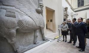 Le 18 mars, F. Hollande devant le temps de Khorsabad au musée du Louvre © Ian Langsdon / AFP