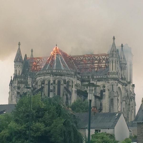 © image twitter Incendie de l'église Saint-Donatien à Nantes, image twitter